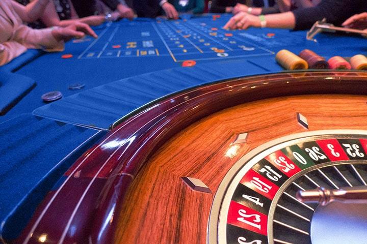 Рулетка в онлайн казино: разновидности, правила, ставки